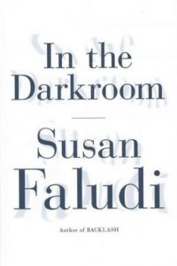 سوزان فلودی، در تاریکخانه (۲۰۱۶) In the Darkroom is a memoir by Susan Faludi