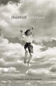 خاطرهپردازی سالی مان، تکان نخور (۲۰۱۵) Hold Still: A Memoir with Photographs by Sally Mann